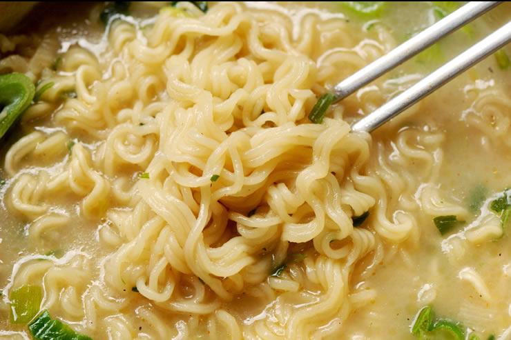 じっくり煮込んだ牛骨の濃厚な味わい! [農心] サリコムタン麺 (110g) ★王様の食膳に上がる高級料理が簡単に完成!いただきます。