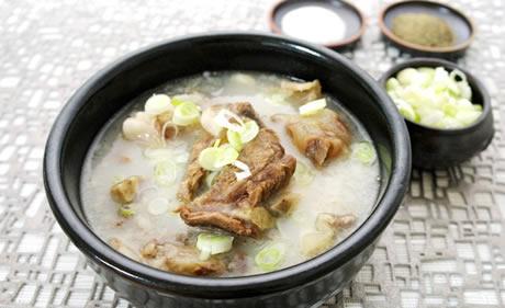 じっくり煮込んだ牛骨の濃厚な味わい! [農心] サリコムタン麺 (110g) ★王様の食膳に上がる高級料理